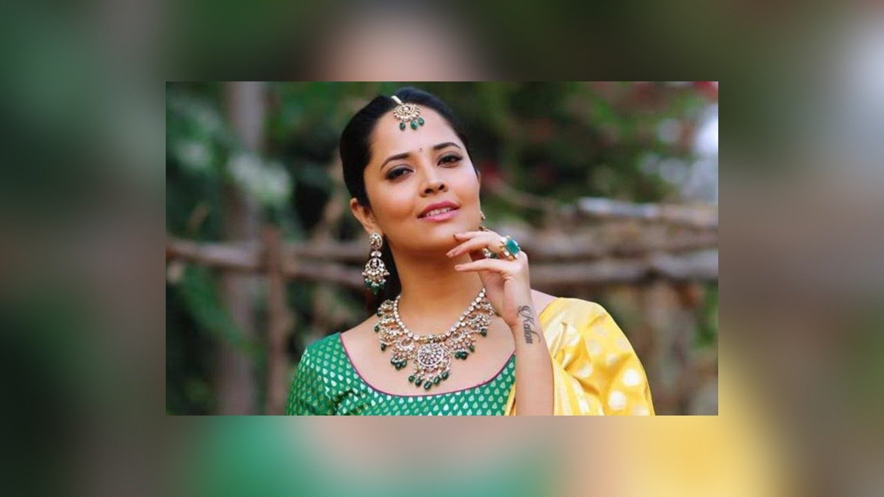 anchor-turned-actress-anasuya-to-co-star-with-sunil-for-their-next-image